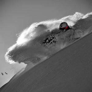 Skieur rouge dans la poudre en photo plexiglass