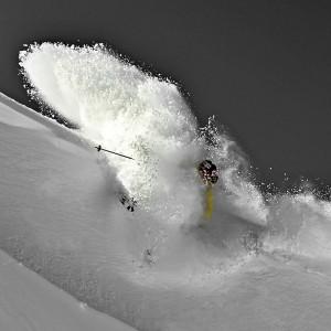 Skieur jaune dans la poudre en photo plexiglass